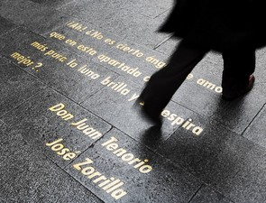 las Letras neighbourhod in Madrid, verses on the pavement