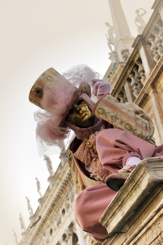Costumes and venetian masks protagonists of Carnival