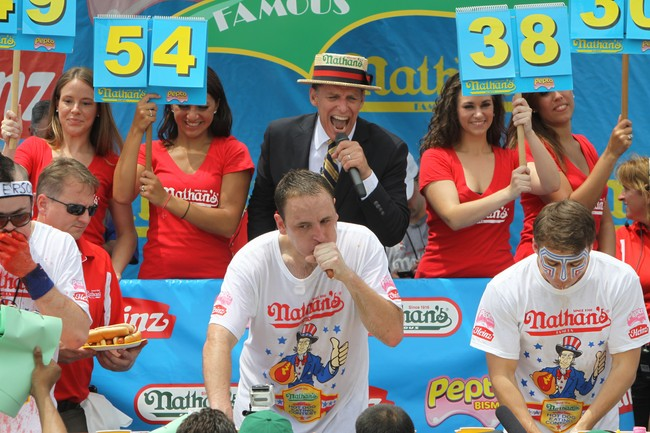 Concurso de comer hot dogs en Nueva York